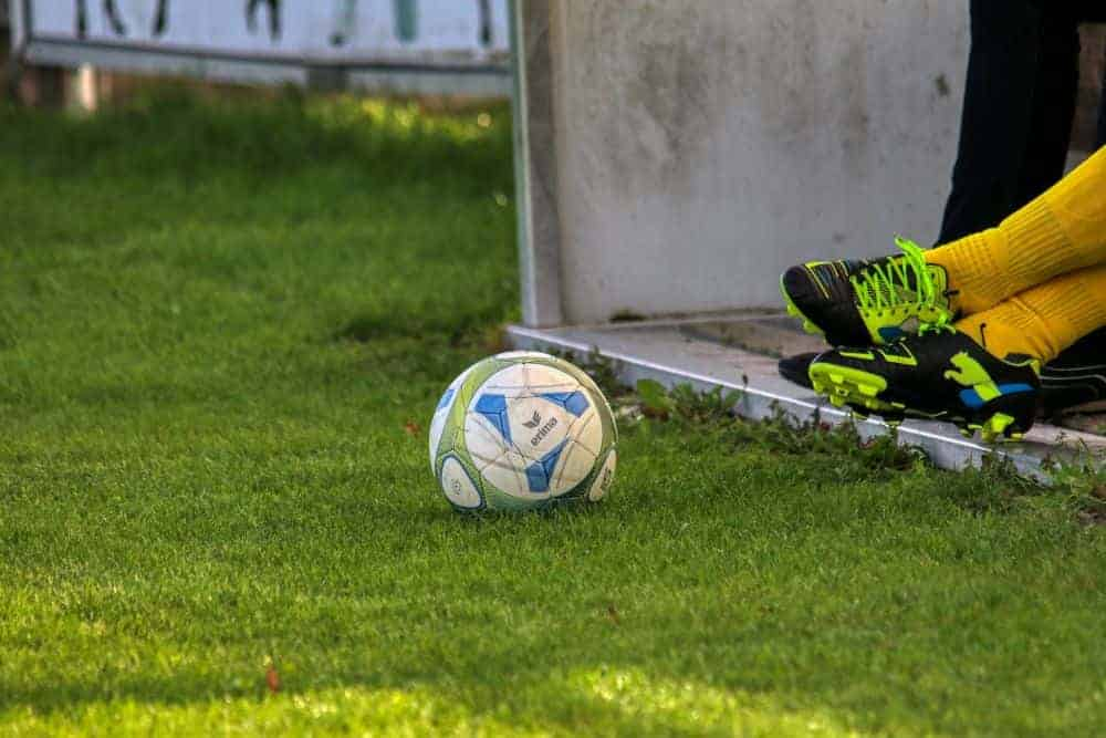 Các Loại Đế Giày Đá Bóng - Bóng đá là vua trong giới thể thao. Mọi lứa tuổi đều có thể chơi bóng mà mọi loại địa hình đều có thể là sân bóng. Bóng đá có thể được chơi trên các sân cỏ chuyên nghiệp, các sân cỏ nhân tạo, sàn gỗ… Và với mỗi mặt sân khác nhau thì việc chọn đế giày cho phù hợp là một vấn đề được xem xét. Chúng ta có thể tìm hiểu một số loại đế giày sau đây nhé. Trước tiên là những loại đế giày phù hợp với sân cỏ tự nhiên. Một mặt sân đi kèm với lịch sử phát triển của bóng đá. Khi thi đấu ngoài trời trên sân cỏ tự nhiên như vậy thì thời tiết ảnh hưởng rất nhiều đến việc thi đấu.