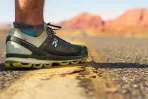 Một người phái mạnh đi giày thể thao
