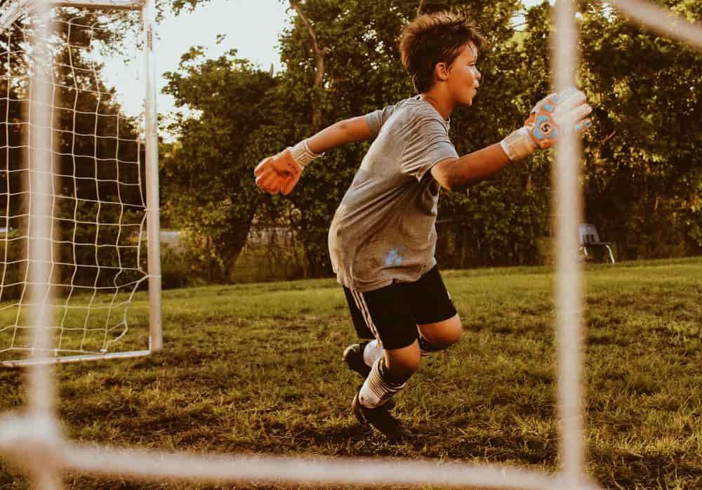 Một cậu bé làm thủ môn đang quan sát để cản phá bóng
