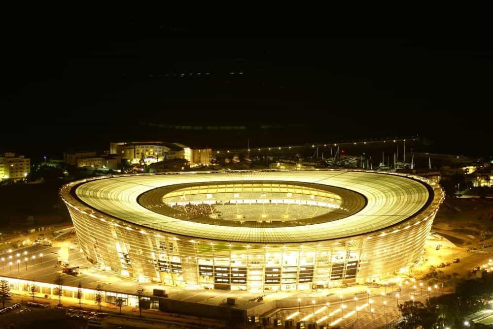 Sân vận động sáng đèn trong đêm