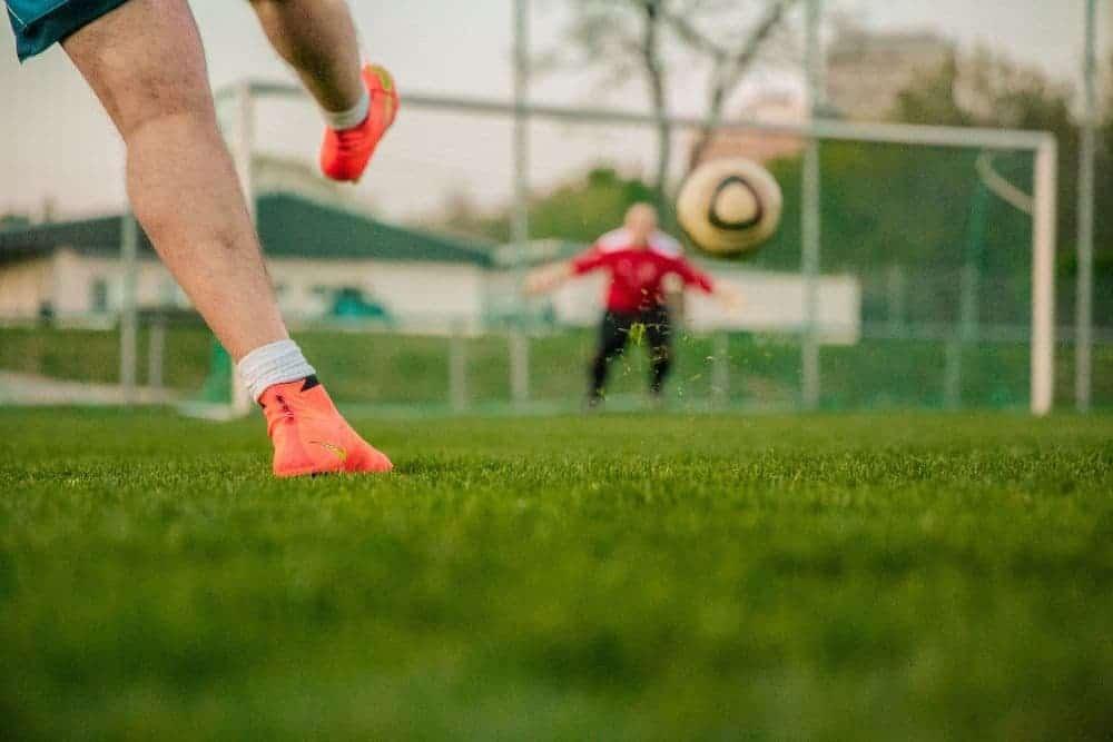 Đi giày bị trầy gót - một người đa sút bóng về phía cầu môn