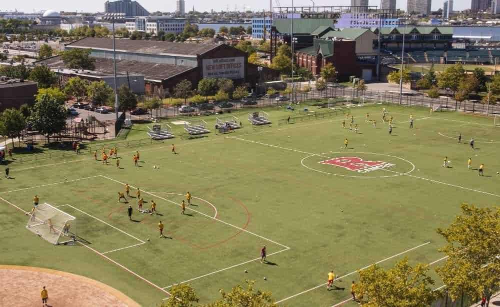 Các cầu thủ đang luyện tập trên sân bóng ở 1 thịt trấn