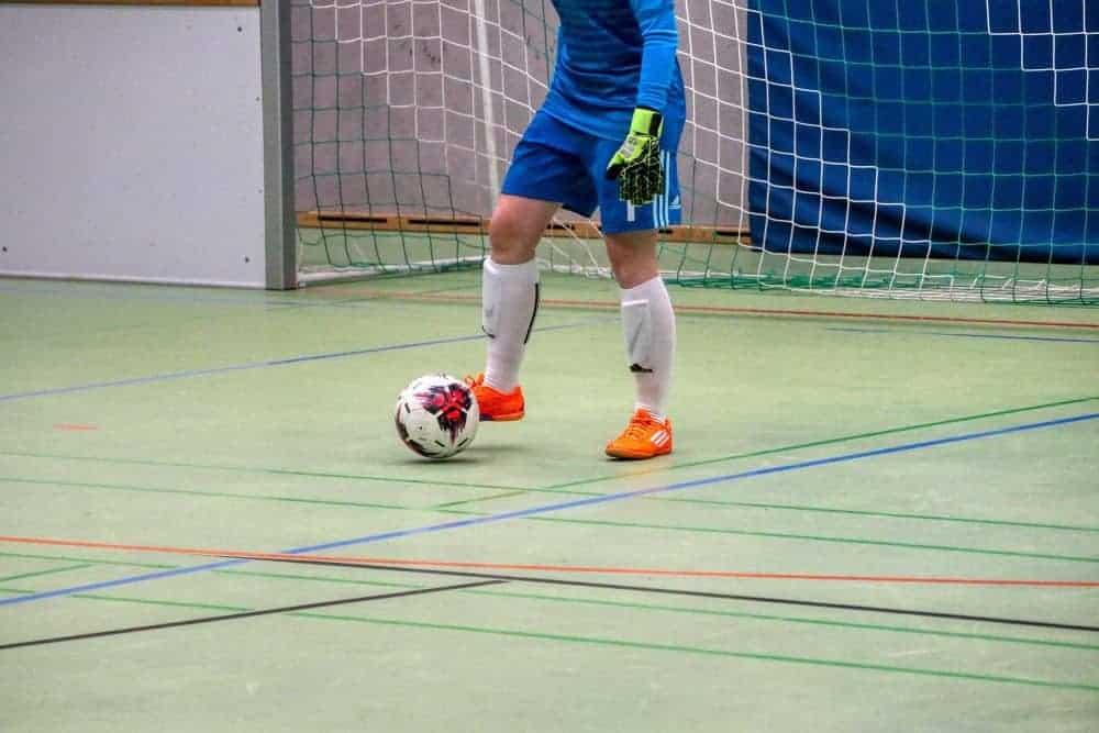 Thủ môn đang dẫn bóng sân futsal