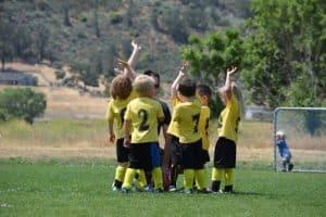 Đội bóng thiếu nhi đang bàn họp chiến thuật