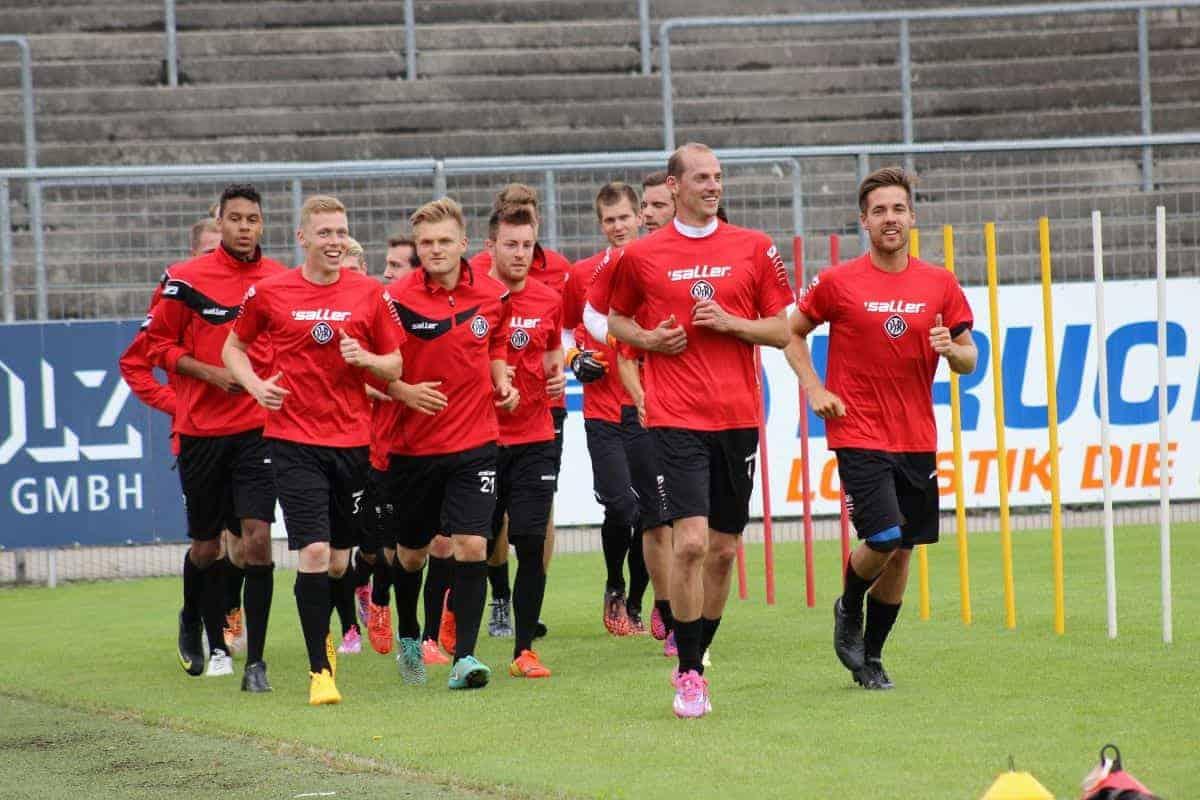 Đội bóng áo đỏ đang tập luyện
