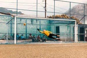 Thủ môn đang cố bay người để cản phá bóng