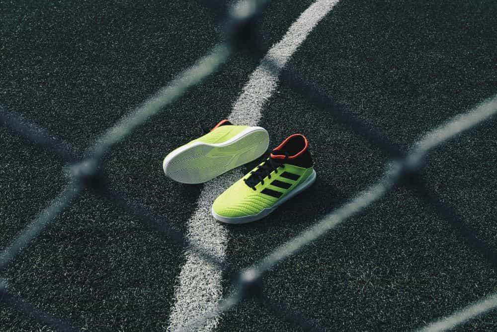 1 đôi giày futsal trên sân cỏ nhân tạo