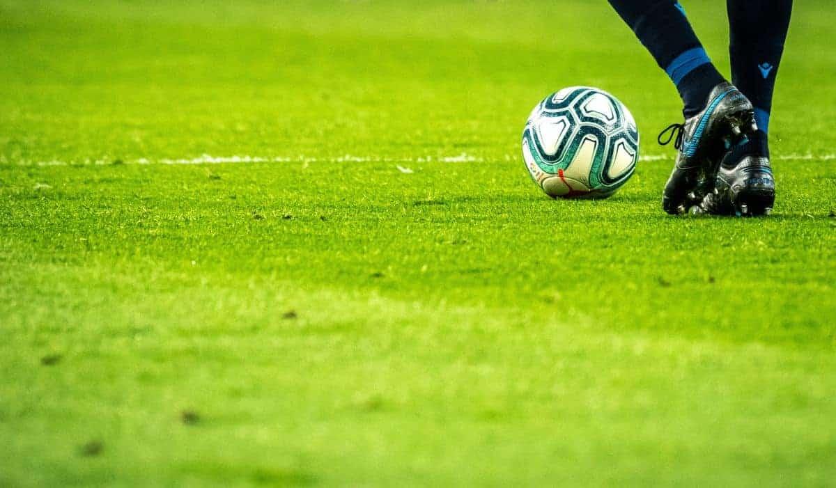Một cầu thủ và quả bóng ở trên sân
