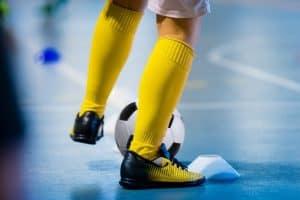 Một cầu thủ futsal đang rèn luyện lừa bóng