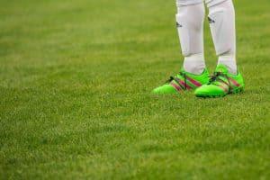 Một cầu thủ bóng đá đang đứng trên sân cỏ