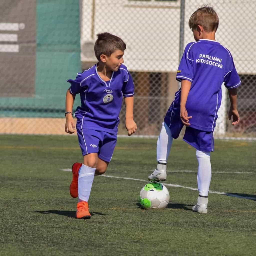2 cầu thủ nhí đang chơi bóng đá