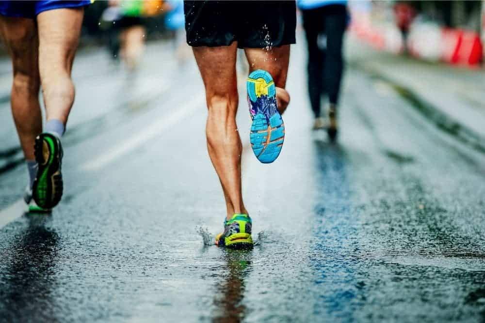Một người đang chạy bộ
