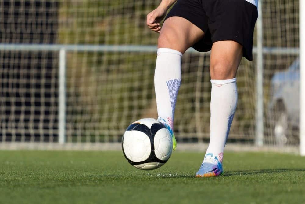 Một cầu thủ đang chuyền bóng