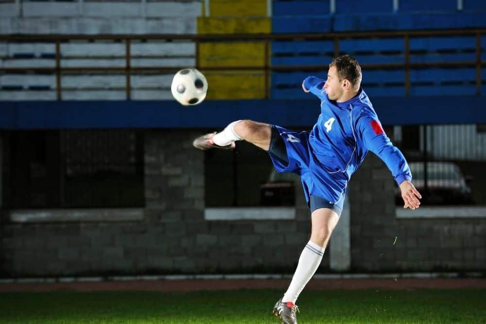 Một cầu thủ bóng đá đang bắt volley