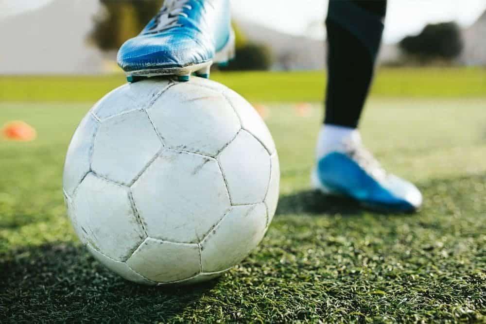 Một cầu thủ đang giữ bóng bằng gầm giày