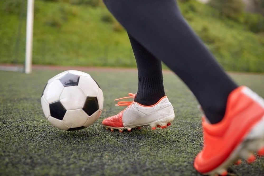 Một cầu thủ bóng đá đang dẫn bóng
