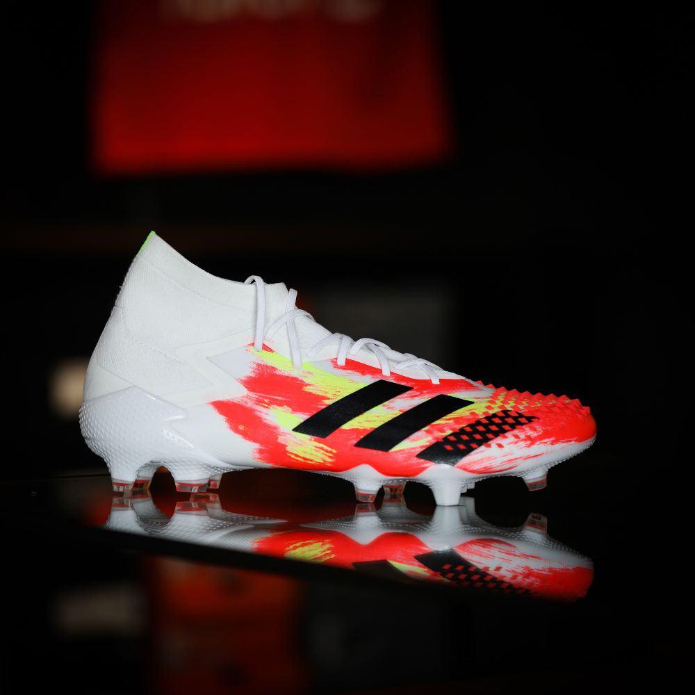 Một chiếc giày bóng đá adidas cổ cao
