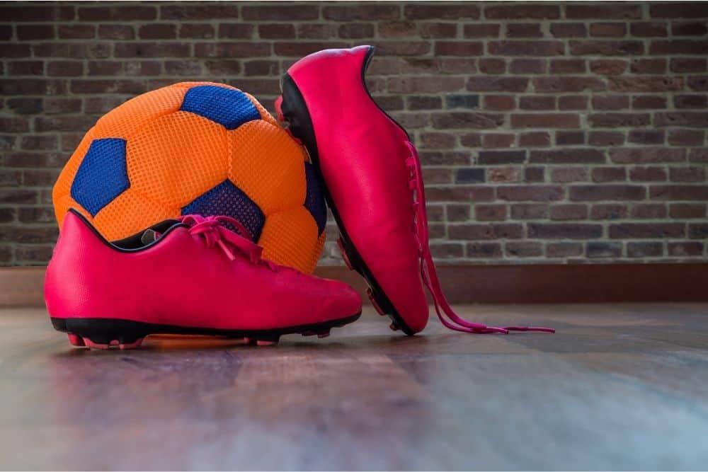 Đôi giày đỏ và quả bóng cam