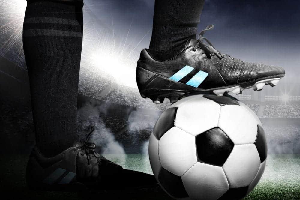 Một cầu thủ giữ bóng bằng gầm giày