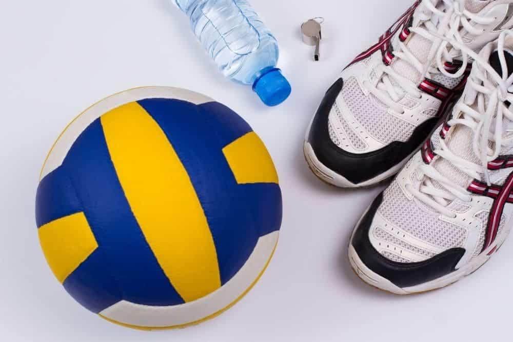 Giày bóng chuyền, chai nước và đôi giày bóng chuyền