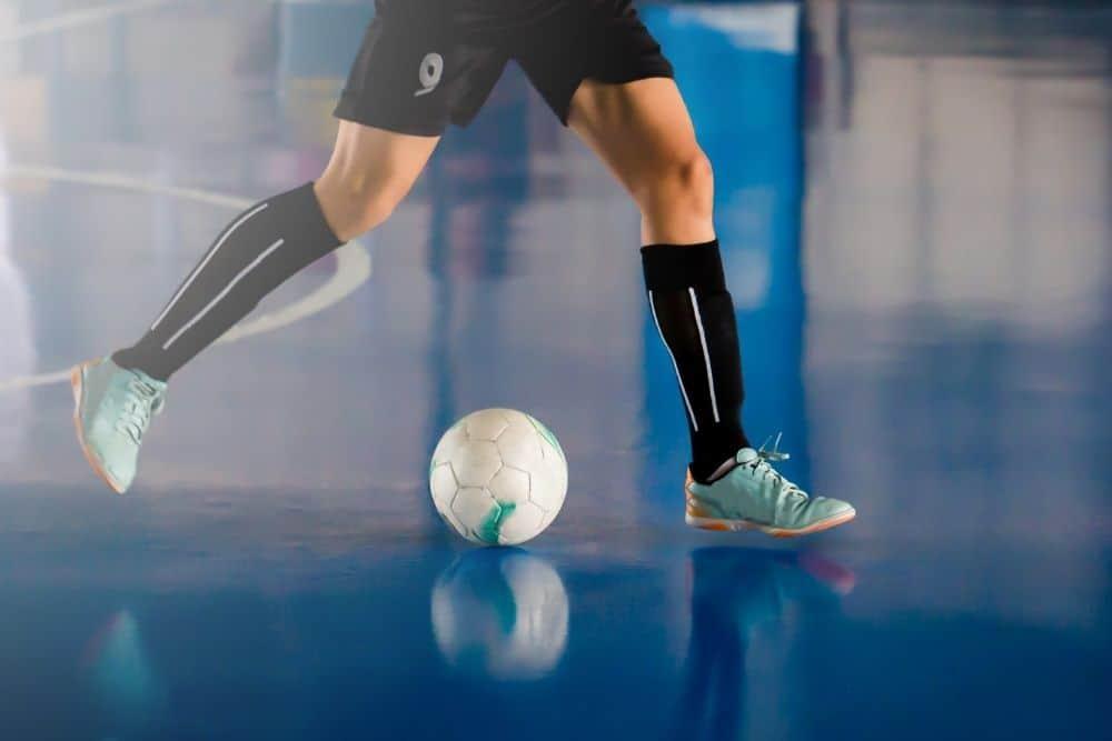 Một cầu thủ bóng đá futsal đang dẫn bóng