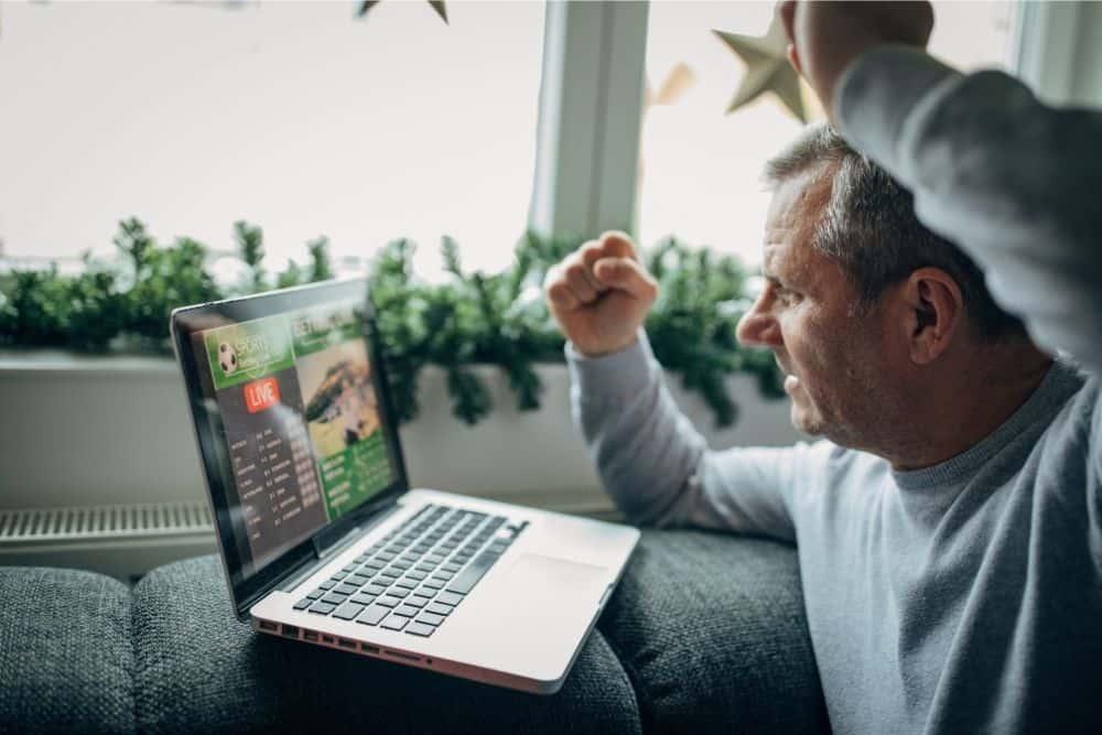 Một người xem bóng đá bằng laptop