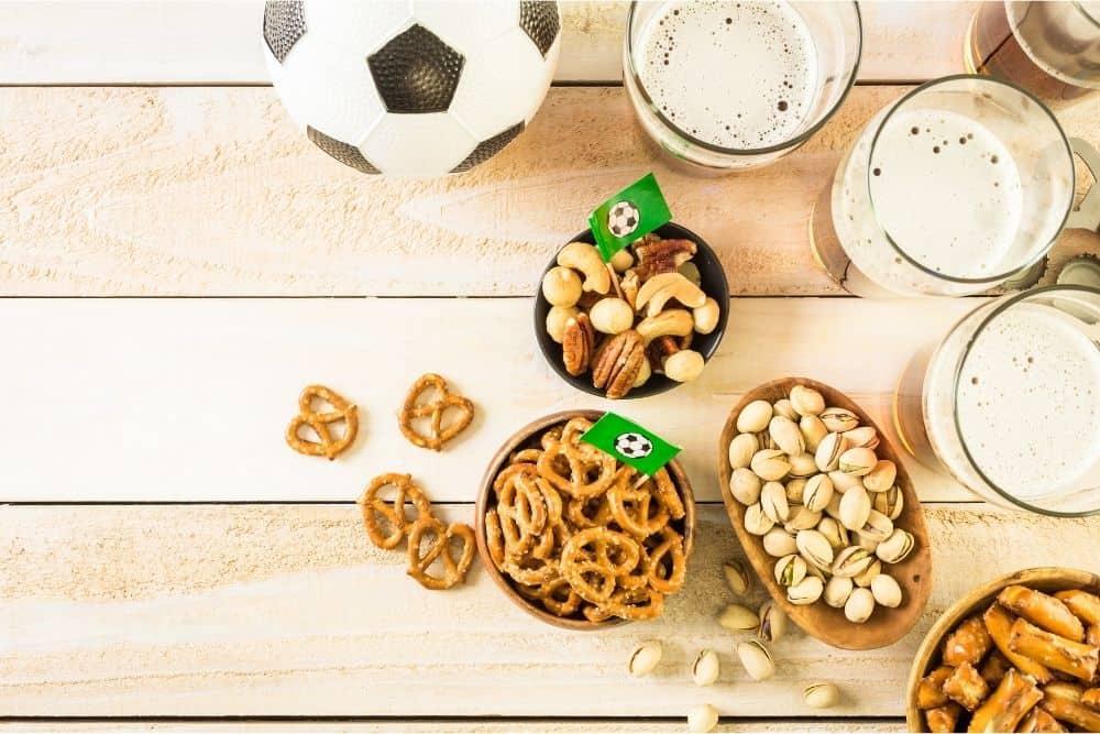 Đồ ăn và quả bóng đá