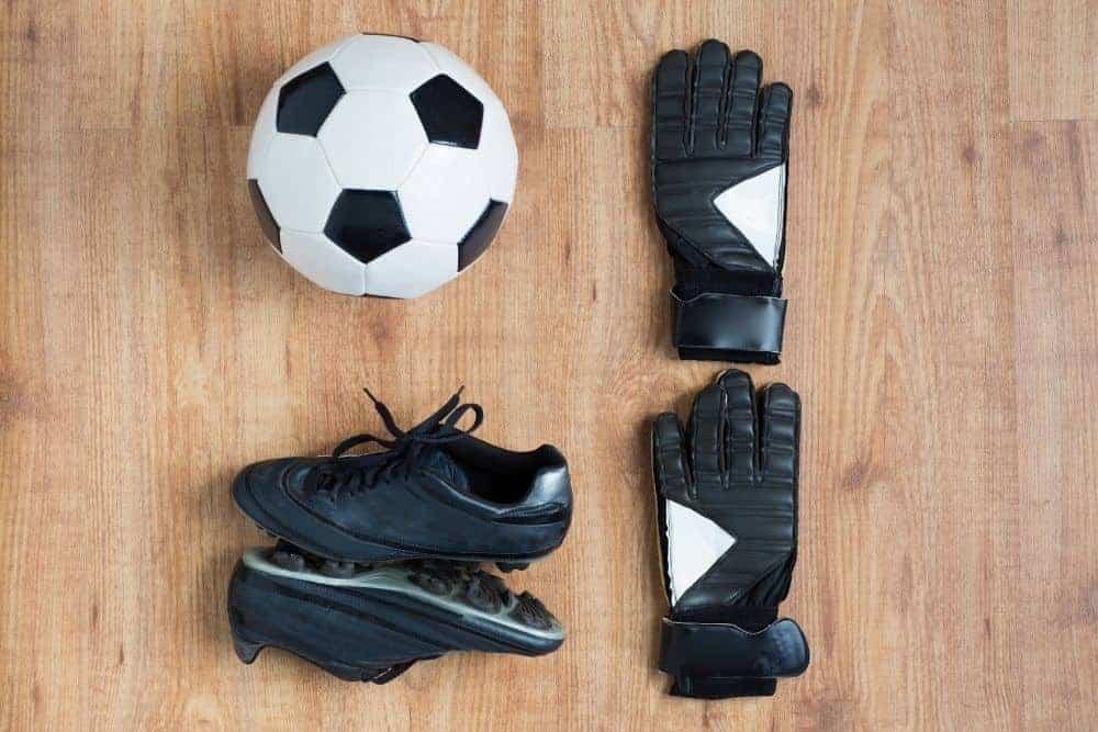 Quả bóng, găng tay và đôi giày đá bóng