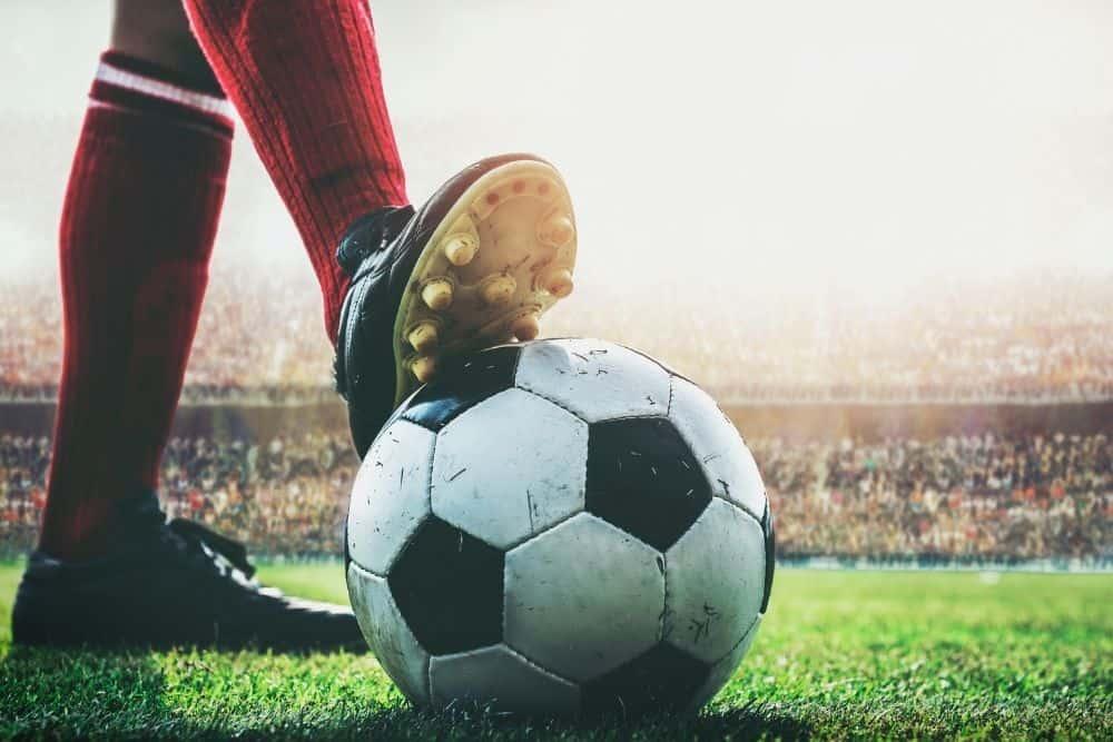 Một cầu thủ đang dùng lòng giày hảm bóng