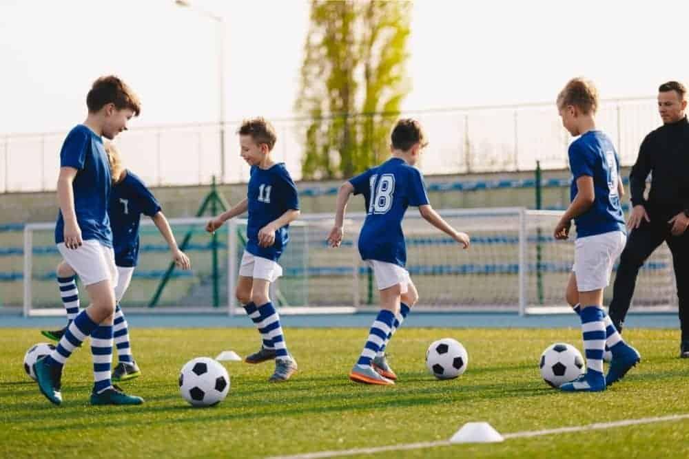 Các cầu thủ đang tập luyện bóng đá